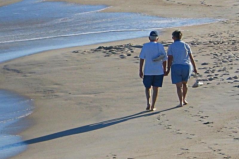spaziergang am strand algarve klima